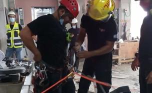 חילוץ חתול מפיר באתר בניה בתל אביב