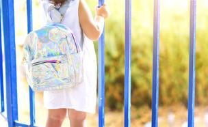 ילדה עם תיק בית ספר  (אילוסטרציה: Inna Reznik, shutterstock)