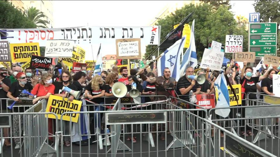 האמנים מפגינים מול בית ראש הממשלה (צילום: ערב טוב עם גיא פינס, קשת 12)