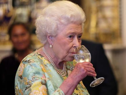 רופאי המלכה אליזבת' יעצו לה להפסיק לשתות