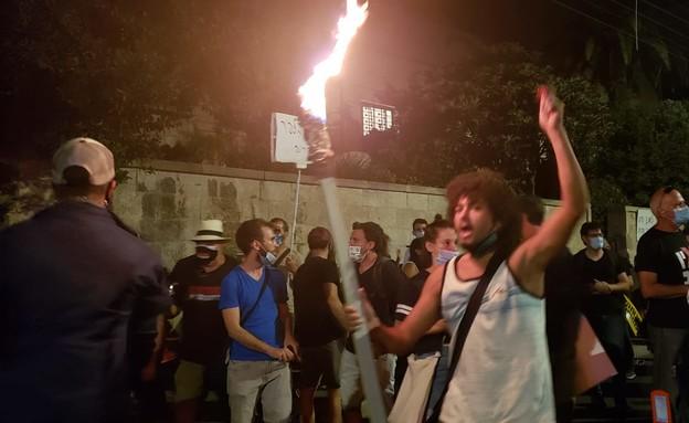 מפגינים מבעירים לפידים מול ביתו של ראש הממשלה