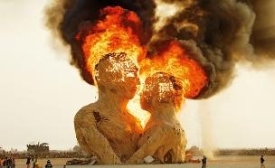 ברנינג מן פסל חיבוק 2014 בעיצובם של קוואן כריסטיאנס מאט שולץ1 (צילום: NK Guy)