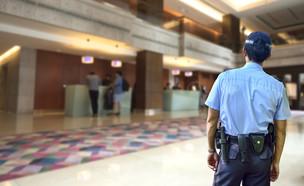 שוטר במלון (צילום:  jassada watt, shutterstock)