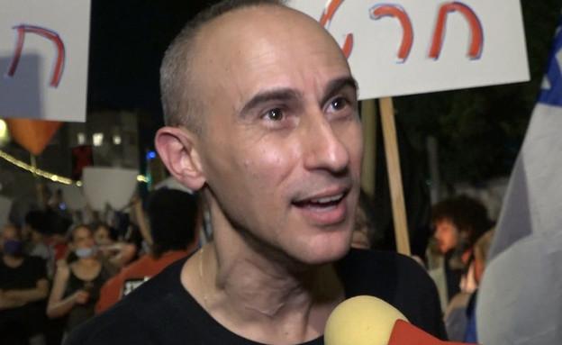 """בראש החזית: אסף אמדורסקי ממשיך בכל הכוח (צילום: מתוך """"ערב טוב עם גיא פינס"""", קשת 12)"""