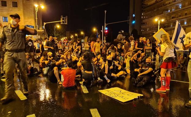 מפגינים בירושלים מחאת הדגלים השחורים