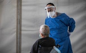 טיפול בקשישים בזמן קורונה (צילום: נתי שוחט, פלאש 90)