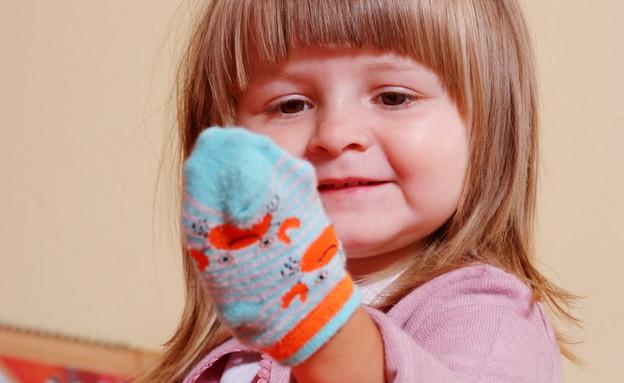 ילדה משחקת עם גרב (אילוסטרציה: Swirk, shutterstock)