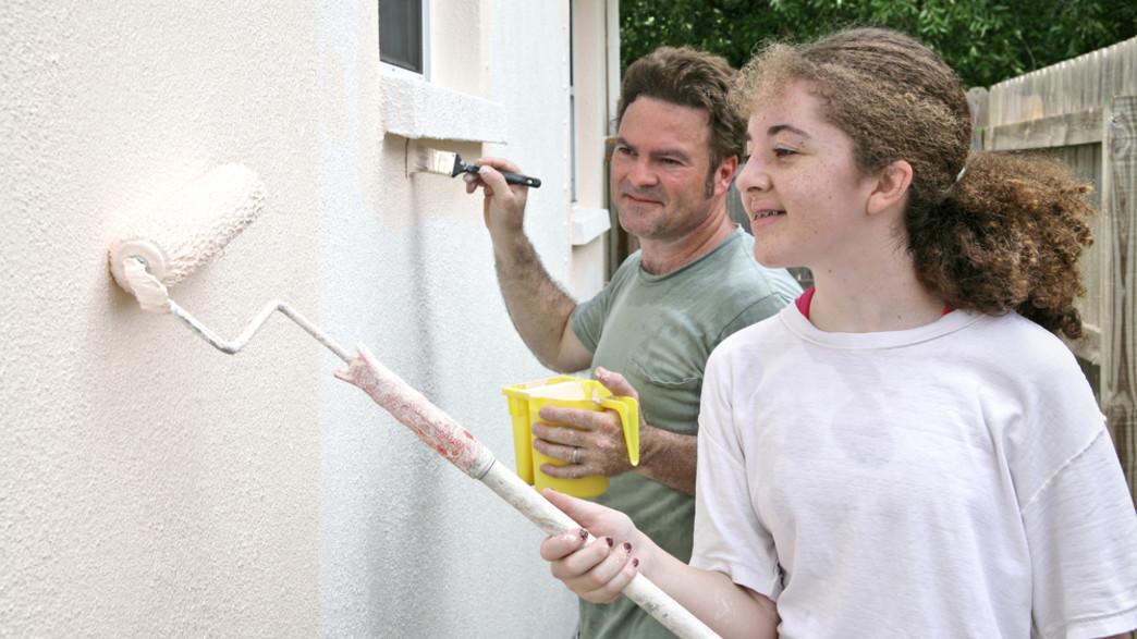 נערה מסיידת קיר של בית (אילוסטרציה: Lisa F. Young, shutterstock)