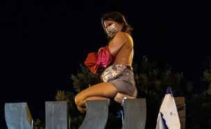 מפגינה חשופת חזה על המנורה בכנסת (צילום: יונתן זינדל פלאש 90)