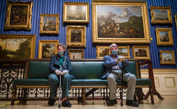 מבקרים בגלריית וואלאס בלונדון, 15.7.20 (צילום: Leon Neal, Getty Images)