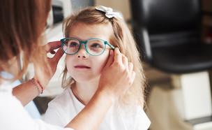 ילדה עם משקפיים  (צילום: Standret| shutterstock)