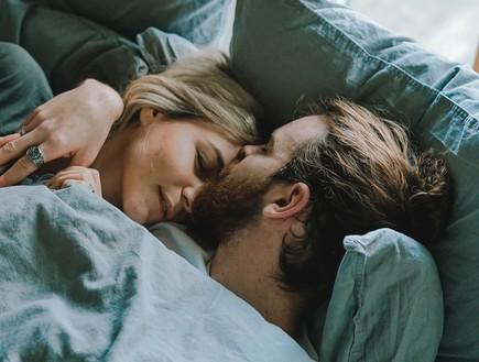 גבר ואישה במיטה (אילוסטרציה: toa heftiba, unsplash)