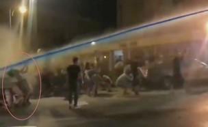 מכתזית כיבוי פוגעת בראש של אדם בצורה מסוכנת בעת הפגנה (צילום: יובל יאירי)