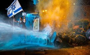 זרנוקי מים מופעלים נגד מפגינים במחאה מול בית ראש הממשלה בירושלים (צילום: יונתן זינדל, פלאש 90)