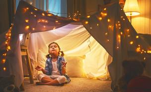 ילדה עושה מדיטציה באוהל לפני השינה (אילוסטרציה:  Evgeny Atamanenko, shutterstock)