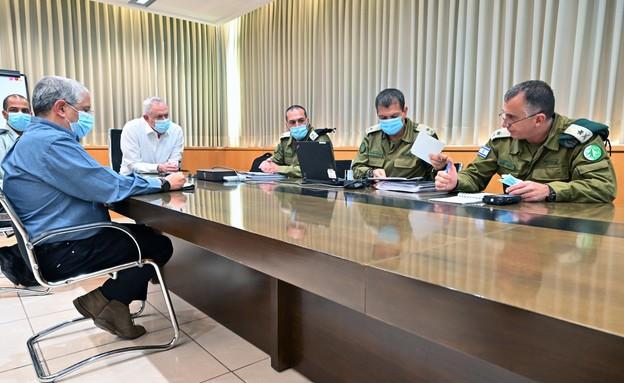 שר הביטחון כינס בלשכתו קצינים בכירים לעדכון ראשוני