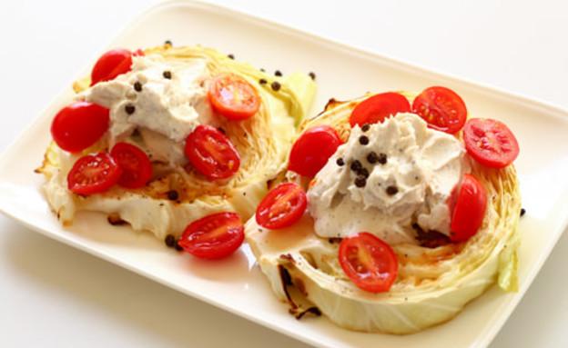 כרוב צלוי עם גבינת טופו מפולפלת (צילום: הגר שפר)