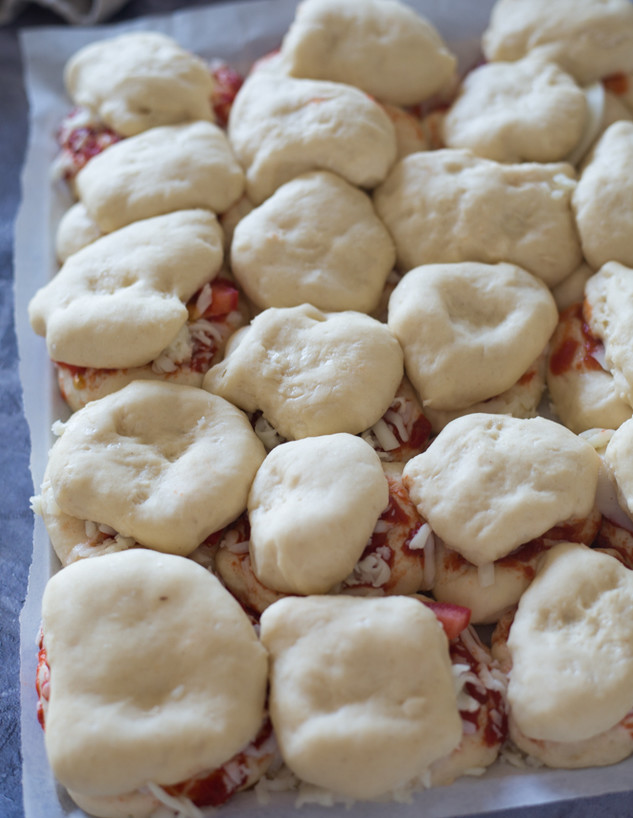 כריכי פיצה לפני האפייה