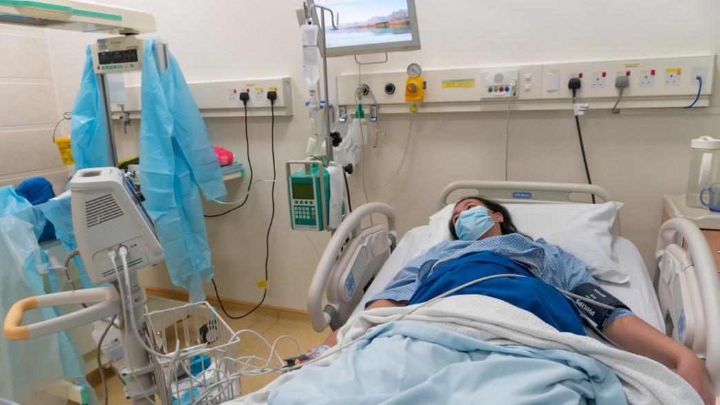 אישה עם צירים בחדר לידה בבית חולים במלזיה (צילום: Alen thien, shutterstock)