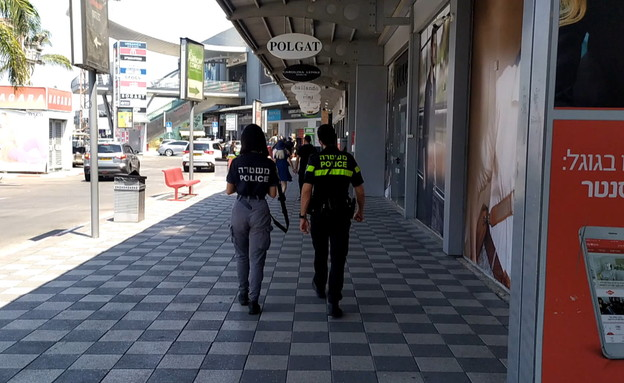 שוטרים נותנים דוחות בשבת בצומת בילו