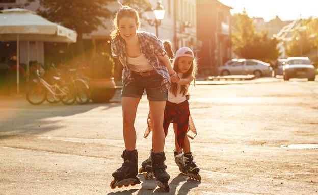 אמא משחקת עם בתה ברחוב (אילוסטרציה: Solis Images, shutterstock)