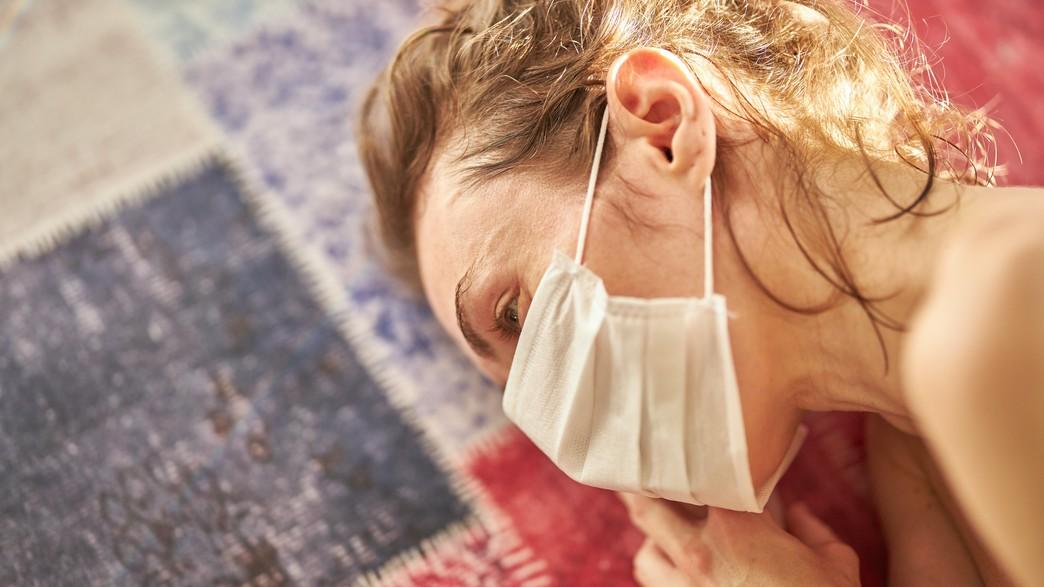 אישה עוטה מסכה (צילום: engin akyurt / unsplash)