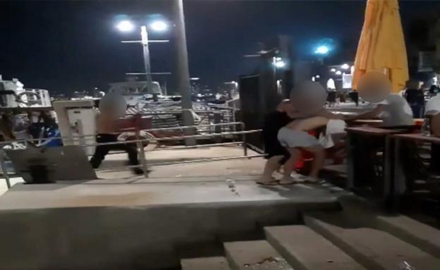 תקיפת נערים בנמל יפו (צילום: מתוך תיעוד שעלה ברשתות החברתיות, שימוש לפי סעיף 27א' לחוק זכויות יוצרים)