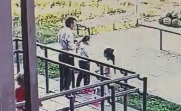 ניסה לחטוף בת 6 ונתפס בידי אביה (צילום: תיעוד מצלמות האבטחה)