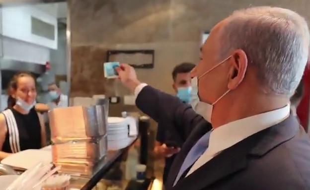 ראש הממשלה בנימין נתניהו בשווארמה אביקו (צילום: מתוך הטוויטר של בנימין נתניהו)