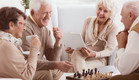 מבוגרים משחקים שחמט (צילום: shutterstock By Photographee.eu)