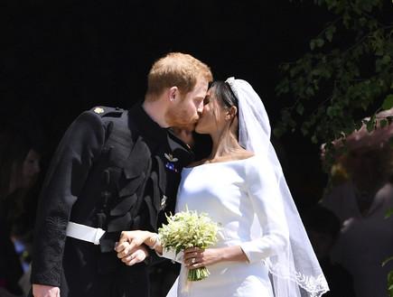 הנסיך הארי ומייגן מרקל מתנשקים אחרי טקס חתונתם (צילום: Ben Stansall, ap)