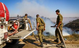 חיילים מכבים שרפה ליד קיבוץ בארי (צילום: פלאש 90)