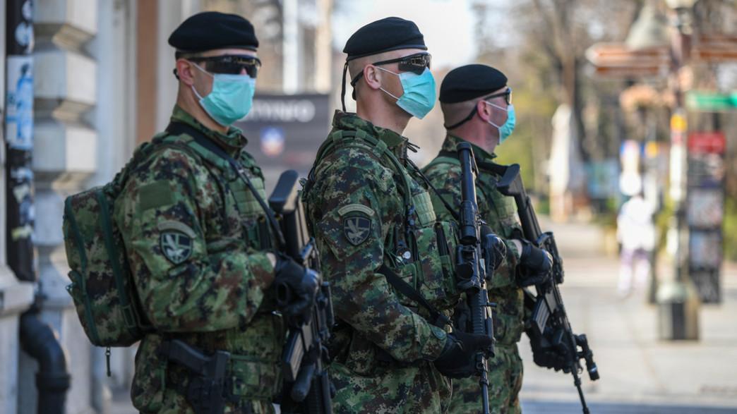 חיילים סרביים חובשים מסיכות נגד קורונה בבלגראד (צילום: Bobica10, shutterstock)