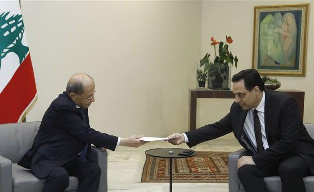 חסן דיאב מוסר את התפטרות ממשלתו לנשיא עון