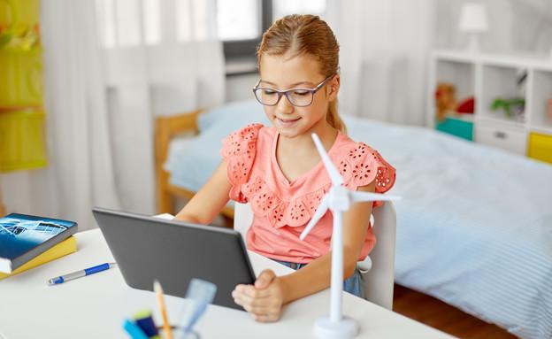 ילדה לומדת עם מחשב (צילום: shutterstock By Syda Productions)