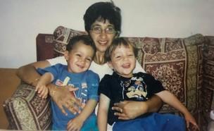 התאומים עומרי ודניאל עם אמם (צילום: אלון חן)