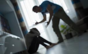 אישה מוכה (צילום: OndroM   shutterstock)