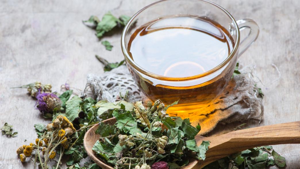 חליטת תה צמחים (צילום:  natalia bulatova, shutterstock)