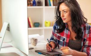 עובדת מול מחשב (צילום: Solis Images, shutterstock)