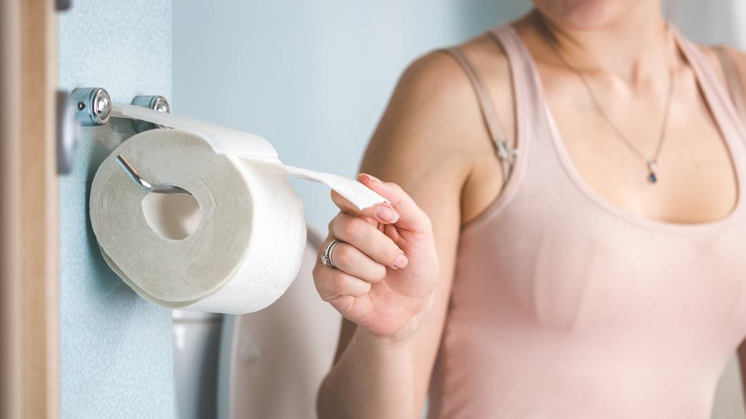 אישה בשירותים, נייר טואלט (צילום:  kryzhov, shutterstock)
