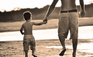 אבא וילד יד ביד חוף הים (צילום: frankiefotografie, Thinkstock)