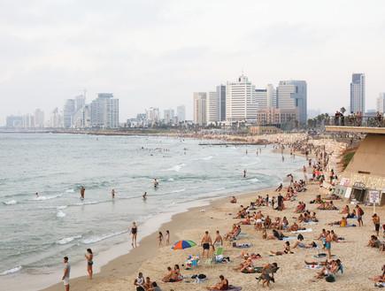 רוחצים בחוף הים בתל אביב (צילום: שירה נודלמן)