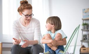 אמא מדברת עם ילד מחייך (אילוסטרציה: Photographee.eu, shutterstock)