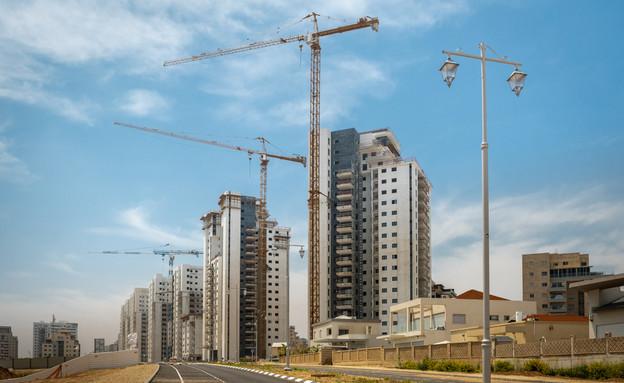 אתר בנייה בכניסה לעיר (צילום: Yuri Dondish, shutterstock)