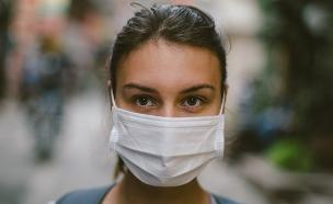 צעירה עוטה מסכה (צילום: Popartic, shutterstock)