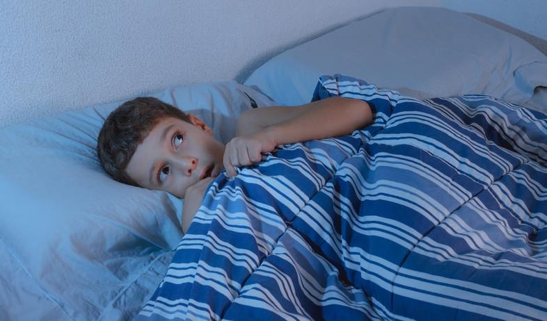 ילד מפחד מתחבא מתחת לשמיכה (אילוסטרציה: Kleber Cordeiro, shutterstock)