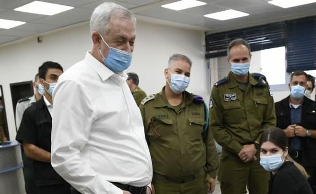 גנץ בשיחה עם חיילים  (צילום: דוברות משרד הביטחון)