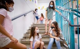 תלמידים לובשים מסיכות מגן בבית הספר (צילום: חן לאופולד, פלאש 90)