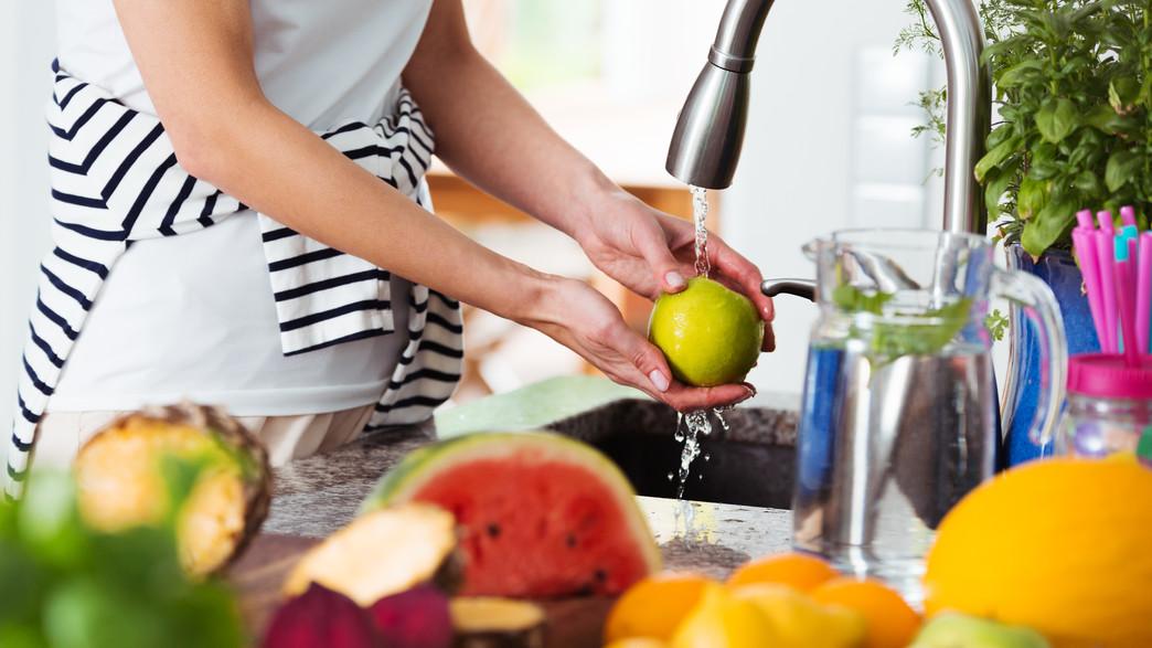 שוטפת פירות  (צילום: Photographee.eu, shutterstock )