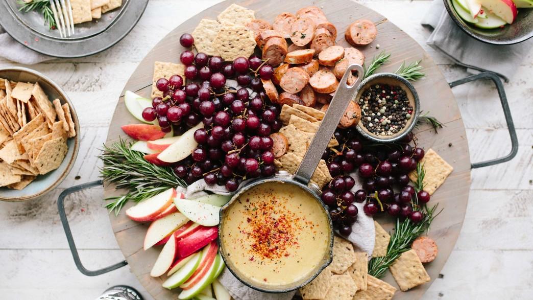 גבינות, תפוחים, נקניקים, דובדבנים (צילום: brooke-lark unsplash)